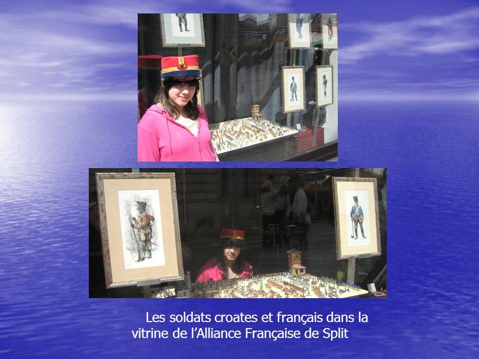 Les soldats croates et français dans la vitrine de lAlliance Française de Split