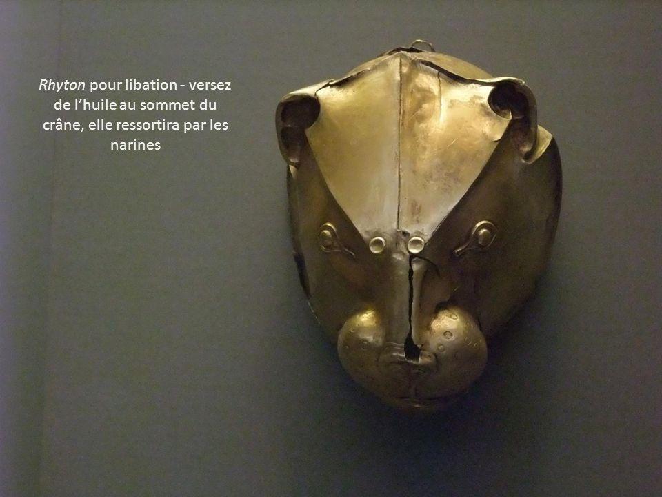 Rhyton pour libation - versez de lhuile au sommet du crâne, elle ressortira par les narines