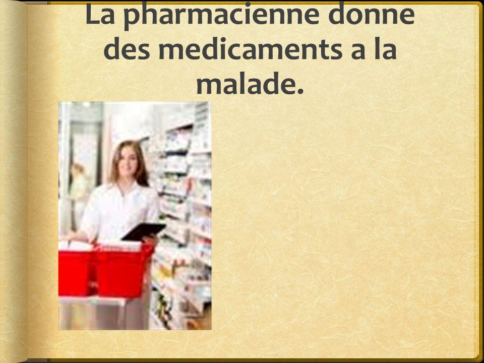 La pharmacienne donne des medicaments a la malade.