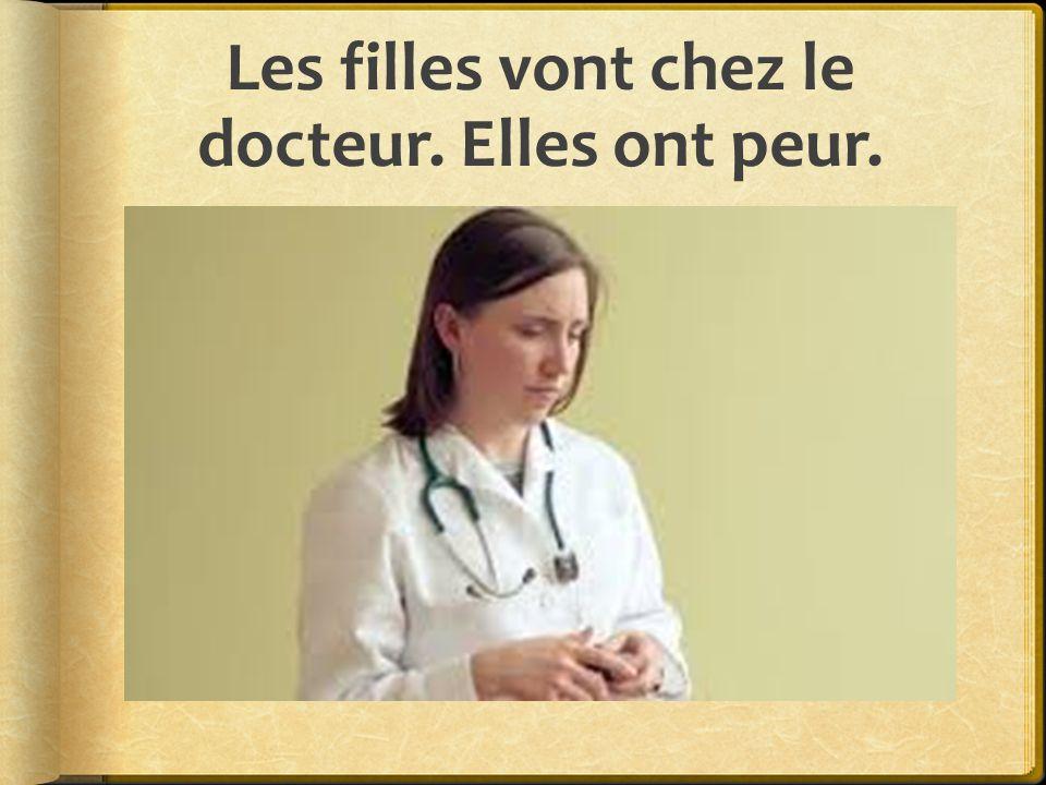 Les filles vont chez le docteur. Elles ont peur.