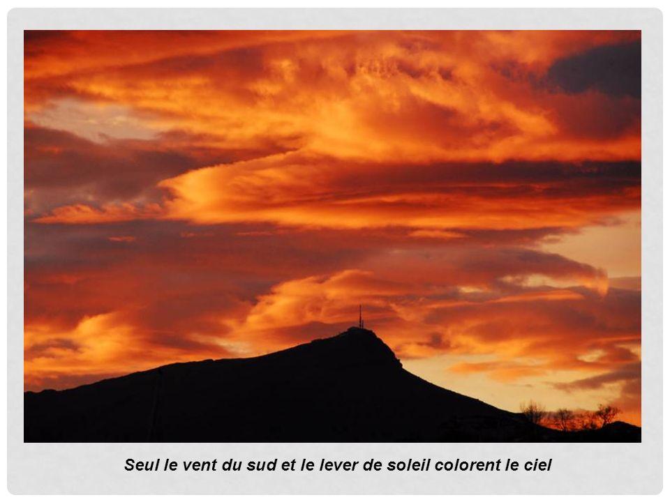 Seul le vent du sud et le lever de soleil colorent le ciel