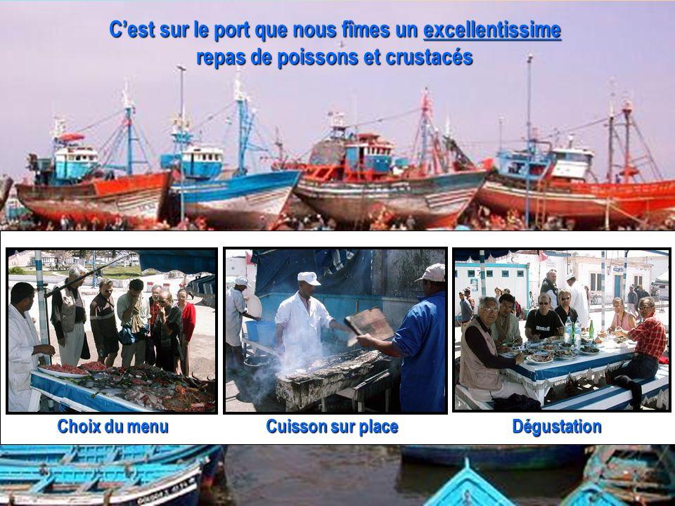 Cest sur le port que nous fîmes un excellentissime repas de poissons et crustacés Dégustation Cuisson sur place Choix du menu