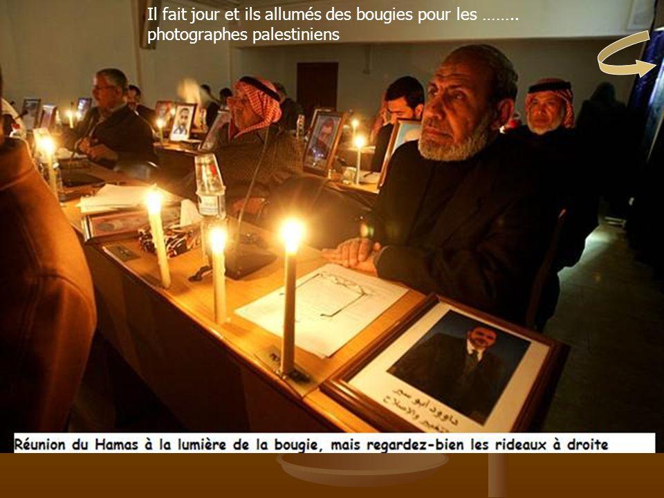 Il fait jour et ils allumés des bougies pour les …….. photographes palestiniens