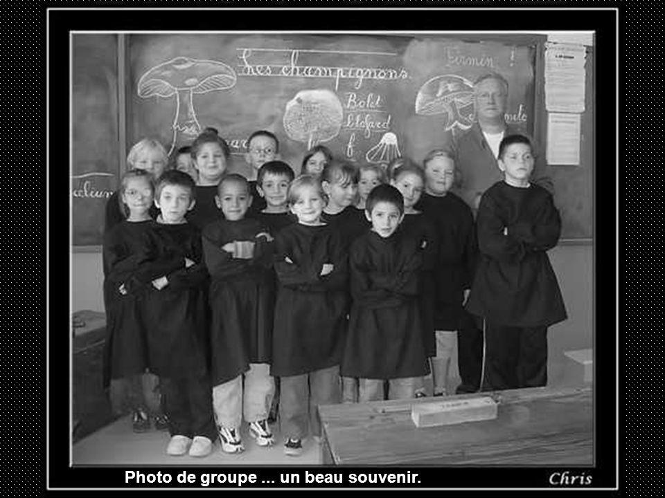 Dés lapparition de la photographie les écoles furent, à la fin du XIX e siècle, un sujet de prédilection pour les photographes ambulants. Prévenus de