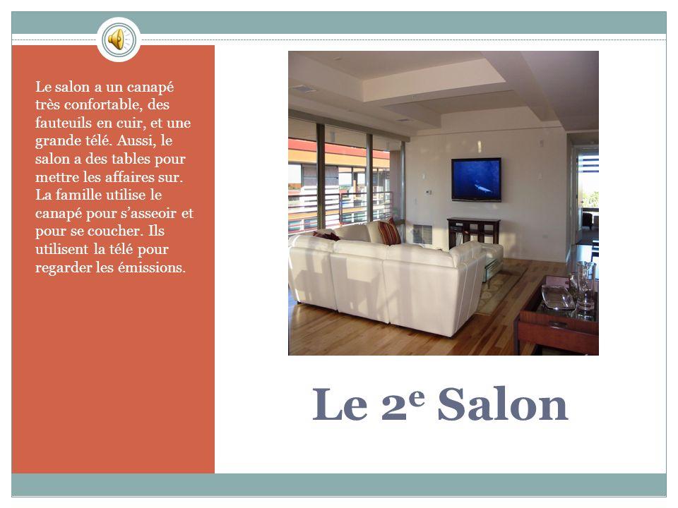 Le 2 e Salon Le salon a un canapé très confortable, des fauteuils en cuir, et une grande télé.
