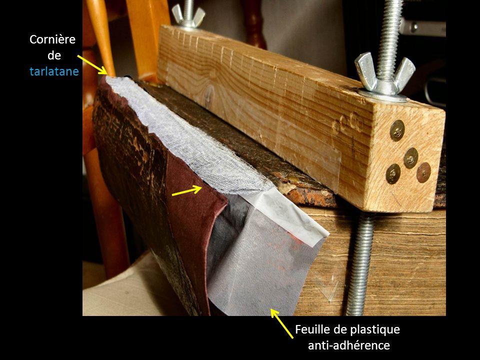 Pour «accrocher» le dos restauré au livre, tout en lui redonnant sa mobilité dorigine, il faut coller, au ras des cartons, deux «cornières de tarlatane».