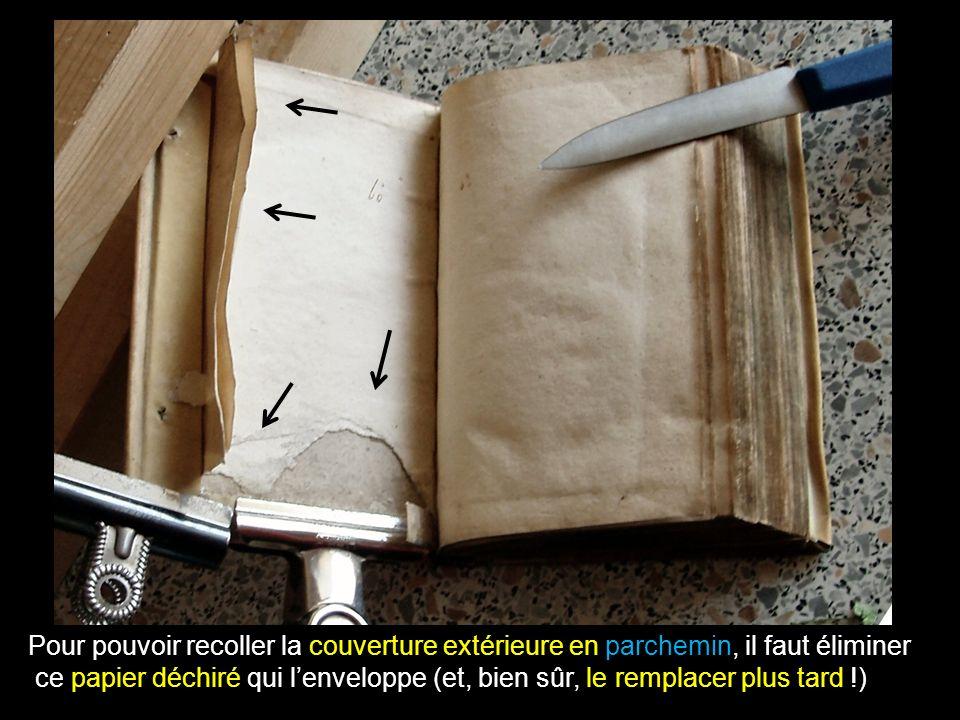 Pour pouvoir recoller la couverture extérieure en parchemin, il faut éliminer ce papier déchiré qui lenveloppe (et, bien sûr, le remplacer plus tard !)