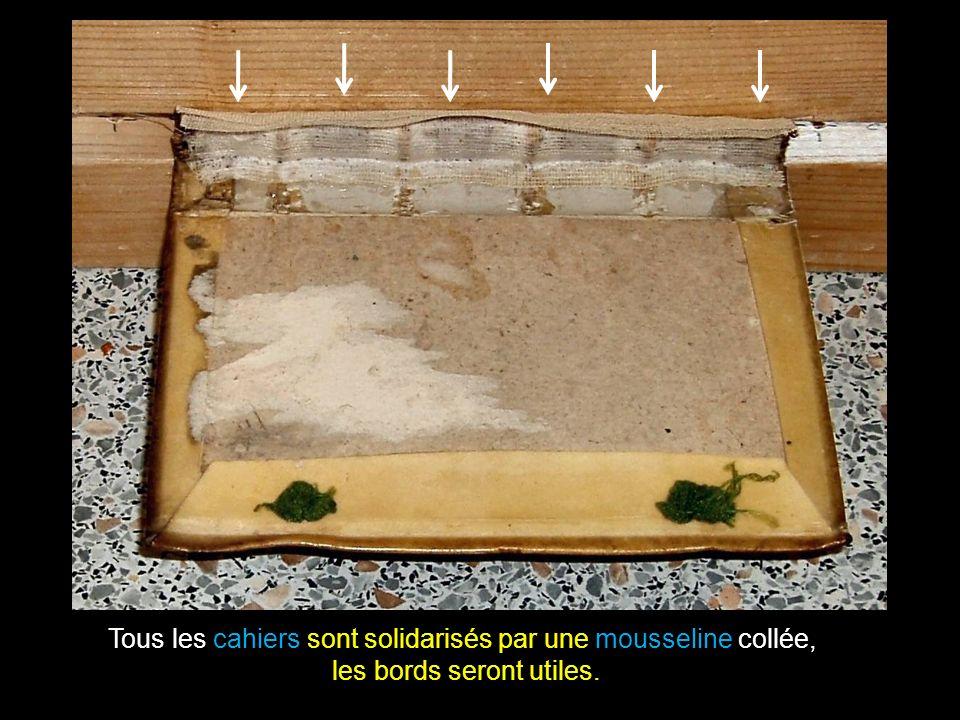 Le cuir est décollé du carton pour pouvoir y glisser les volets de tarlatane.