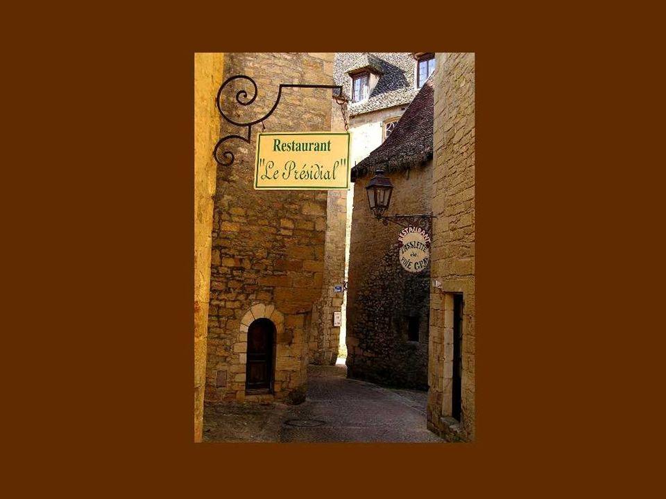 La propriété du village fut partagée au moyen-âge par quatre grandes dynasties féodales, soit les familles Gourdon, Cardaillac, Castelneau et enfin La