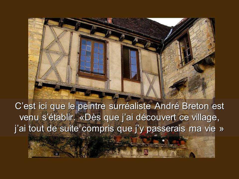 Comme partout en Dordogne, les toits des maisons sont recouverts de tuiles orangées, ce qui fait un joli contraste coloré avec le vert des végétaux et