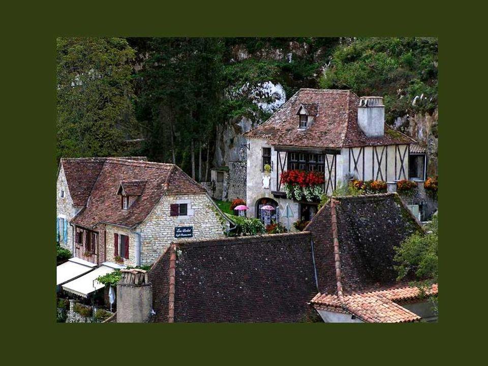 Situé à 20 minutes seulement de Cahors, le village est le chef-lieu du vicomté de Quercy, une région qui possède de nombreux châteaux bien conservés e