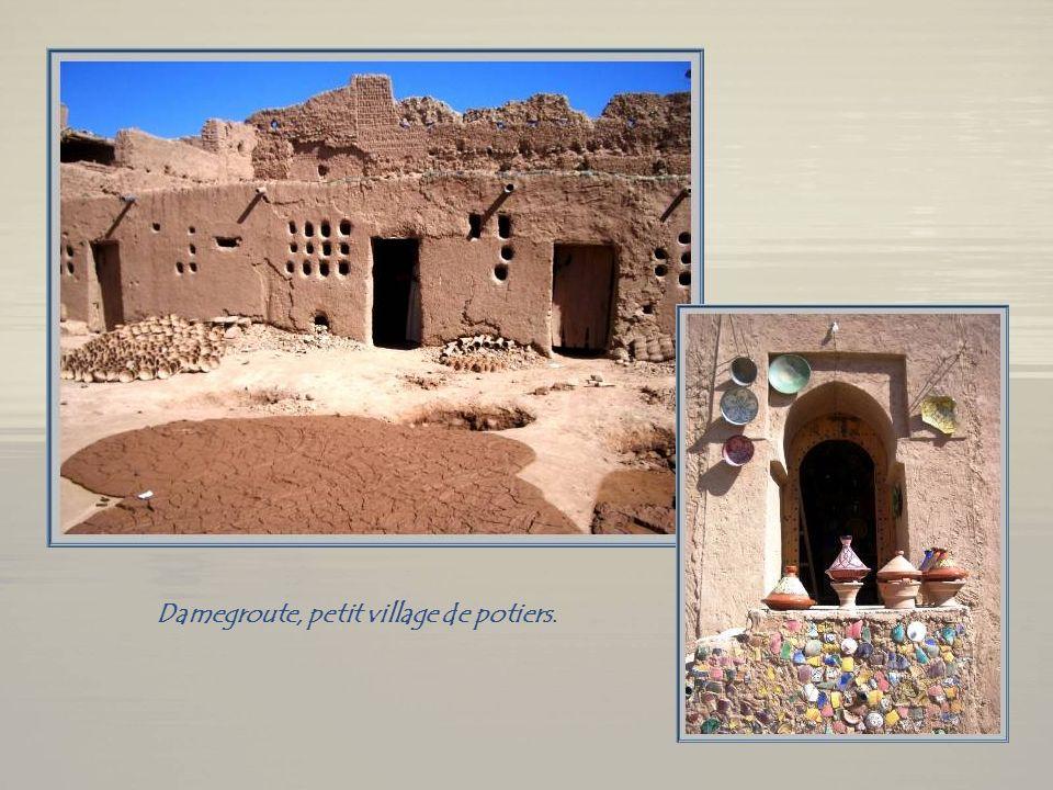 Une tente de nomade ou « khaïma », dans la dune de Tinfou. De nouveau en route pour Ouarzazate.