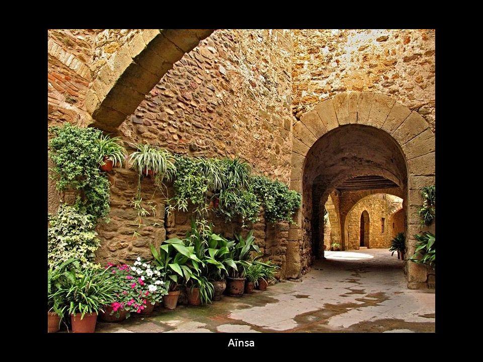 Aïnsa Ainsa. [Ainsa (espagnol)]. Village de l'Aragon, la province de Huesca, à la confluence de Cinca et maintenant, le contact entre les montagnes et