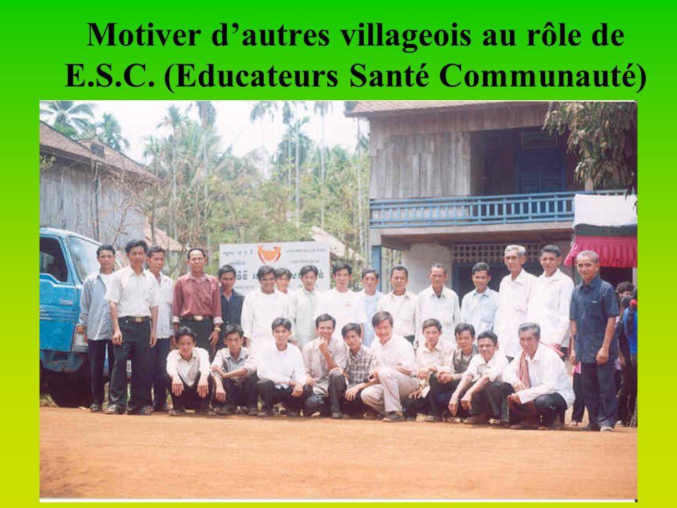 Former ces comités villageois à diriger eux-mêmes le programme