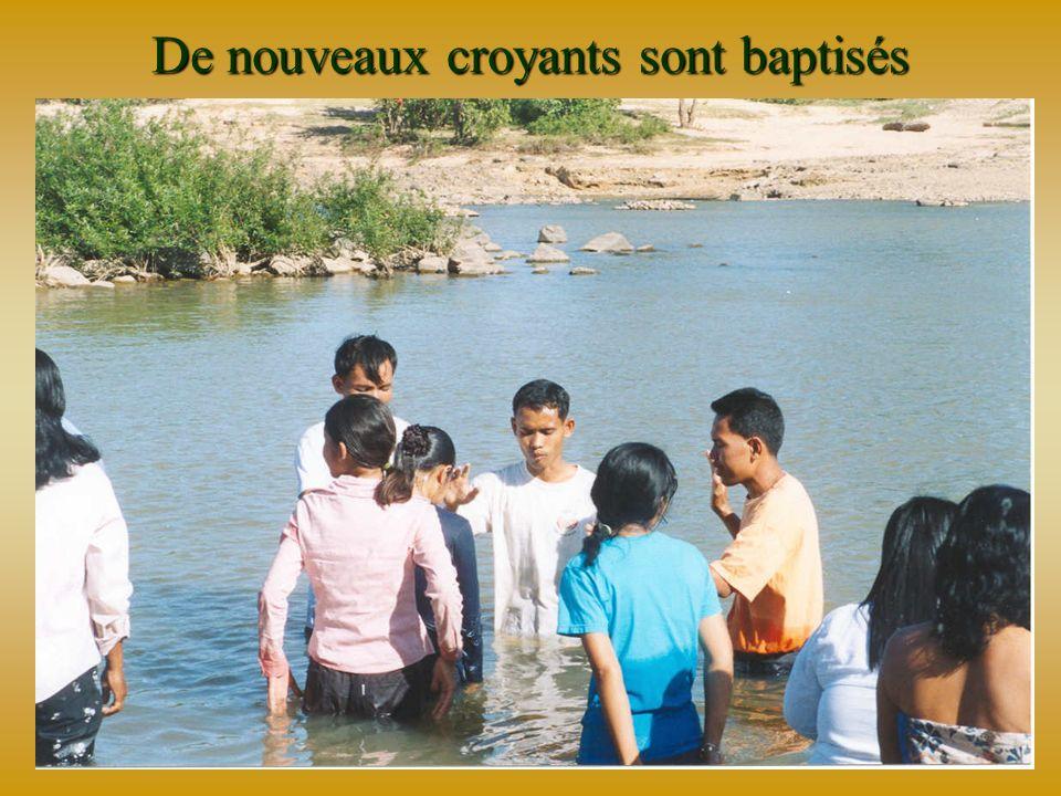 Des villageois assistent aux Groupes Bibliques