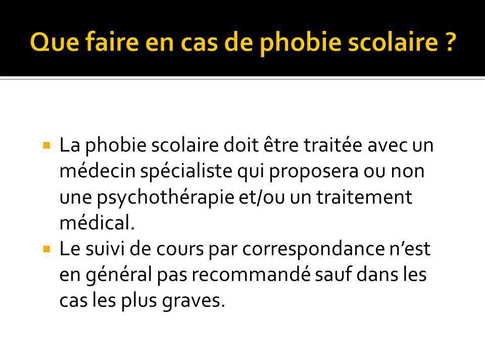 La phobie scolaire doit être traitée avec un médecin spécialiste qui proposera ou non une psychothérapie et/ou un traitement médical.