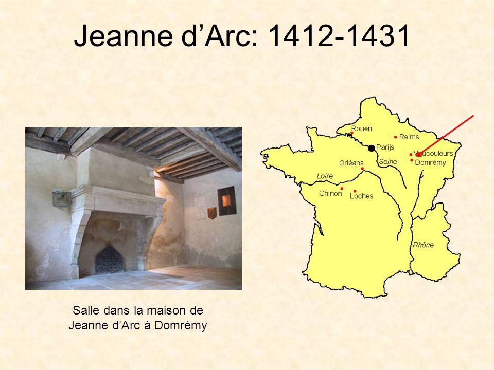 Jeanne dArc: 1412-1431 À lâge de 17 ans, elle a entendu des voix lui disant de délivrer la France –Saint Michel –Sainte Marguerite –Sainte Catherine (patronne des jeunes filles) «Va, Jeanne, va délivrer la France»