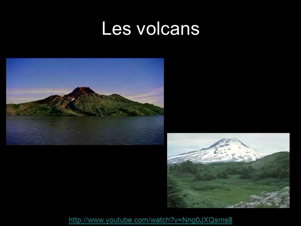 En résumé… Les volcans se forment lorsque du magma provenant du manteau traverse la croûte terrestre pour se rendre jusquà la surface de la terre.