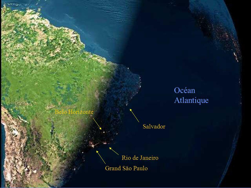 La photo suivante, prise telle quelle dun satellite, montre la nuit qui tombe sur le Brésil.