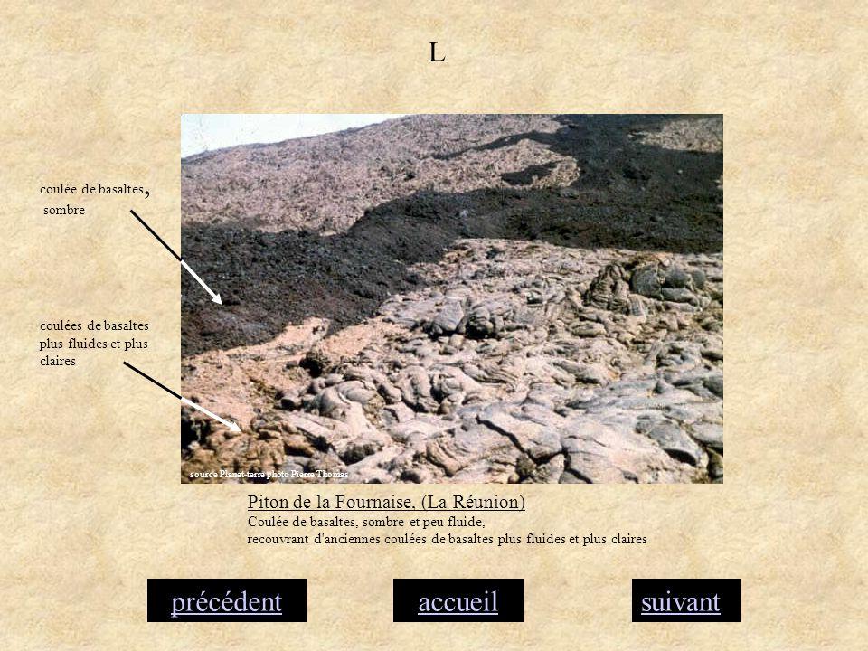 accueilsuivantprécédent L Piton de la Fournaise, (La Réunion) Coulée de basaltes, sombre et peu fluide, recouvrant d'anciennes coulées de basaltes plu