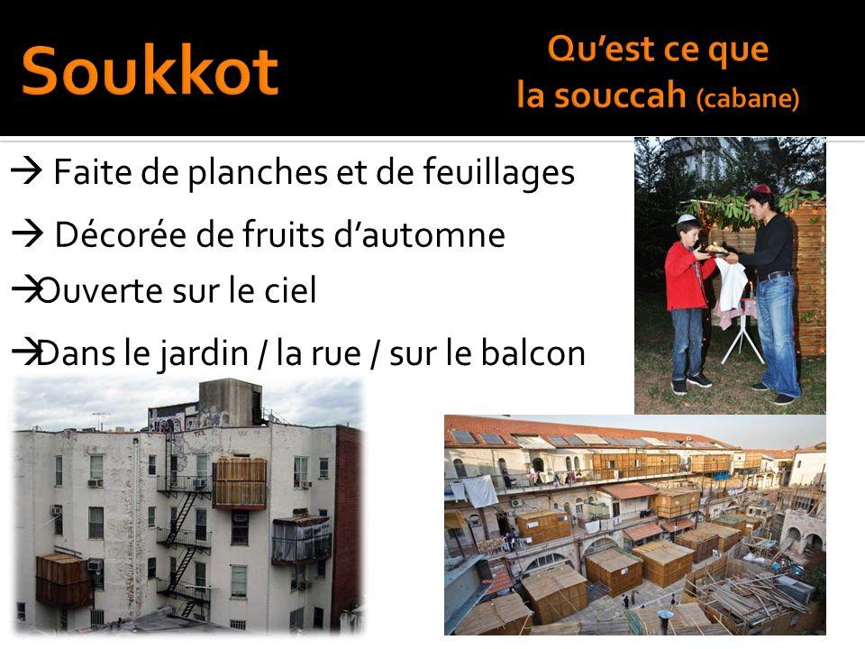 Décorée de fruits dautomne Ouverte sur le ciel Faite de planches et de feuillages Dans le jardin / la rue / sur le balcon
