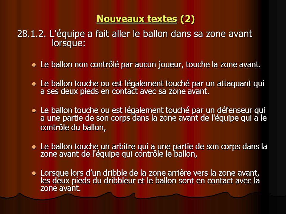 Nouveaux textes (2) 28.1.2. L'équipe a fait aller le ballon dans sa zone avant lorsque: Le ballon non contrôlé par aucun joueur, touche la zone avant.