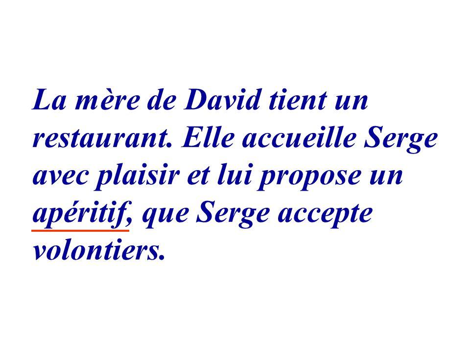 La mère de David tient un restaurant. Elle accueille Serge avec plaisir et lui propose un apéritif, que Serge accepte volontiers.