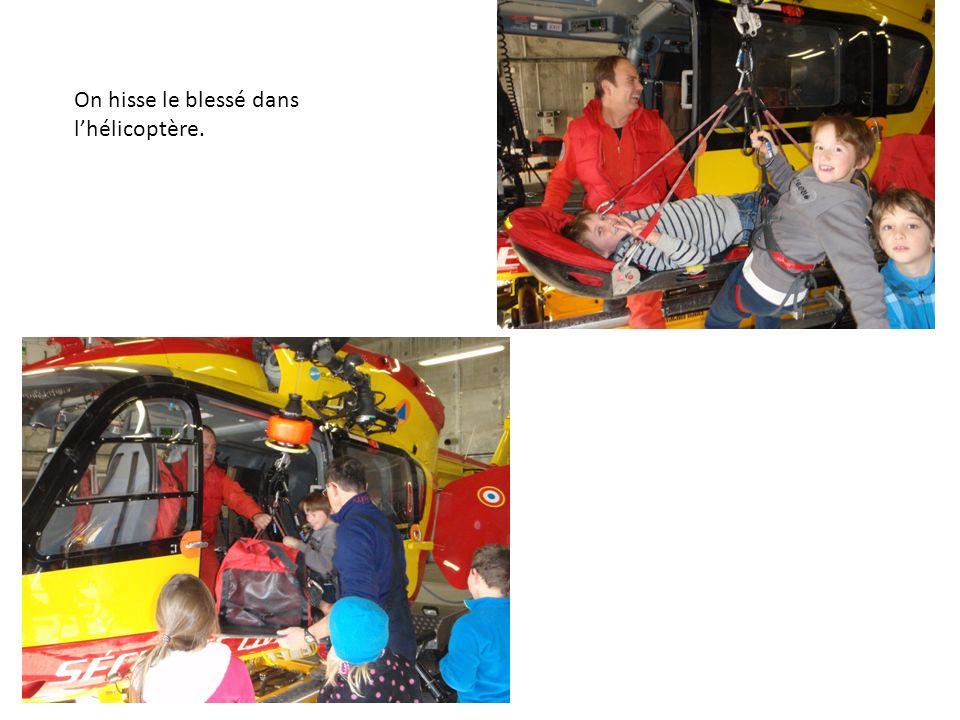 On hisse le blessé dans lhélicoptère.