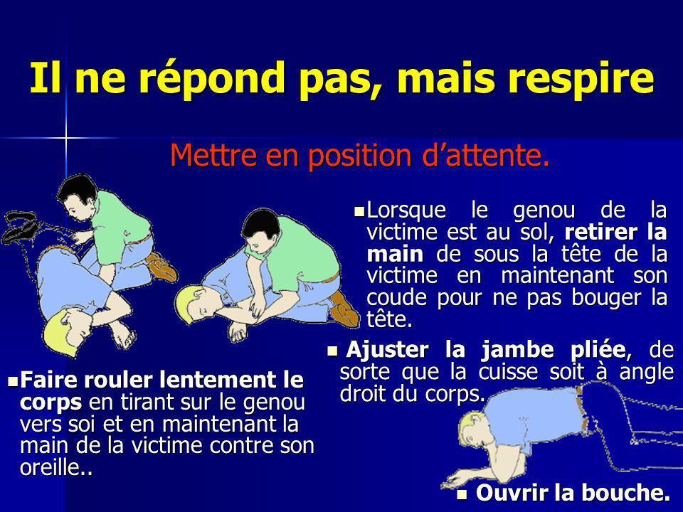 Lorsque le genou de la victime est au sol, retirer la main de sous la tête de la victime en maintenant son coude pour ne pas bouger la tête. Lorsque l