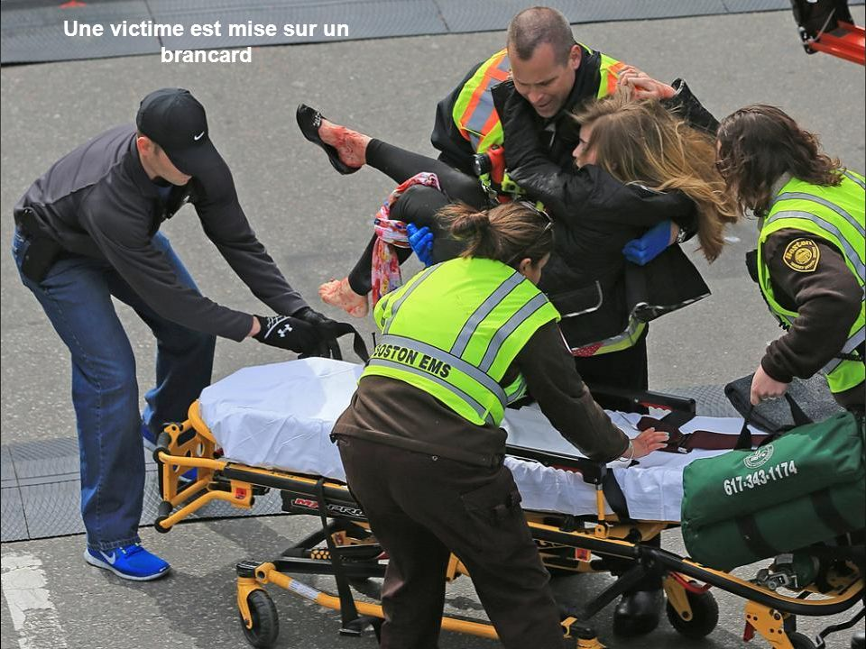 On console un enfant après les explosions