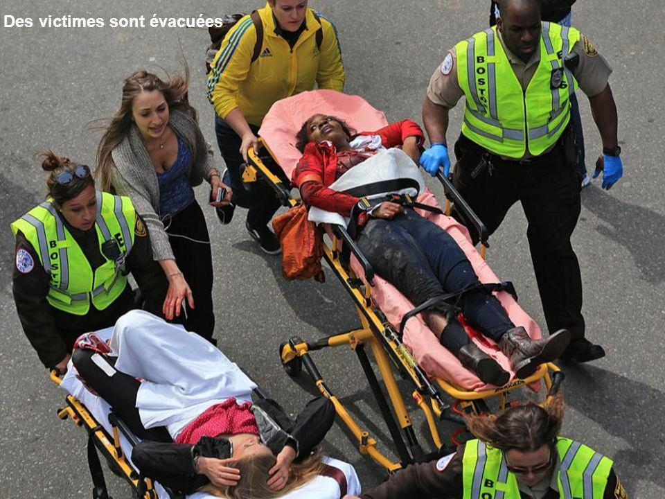 Une victime reçoit des soins sur le trottoir