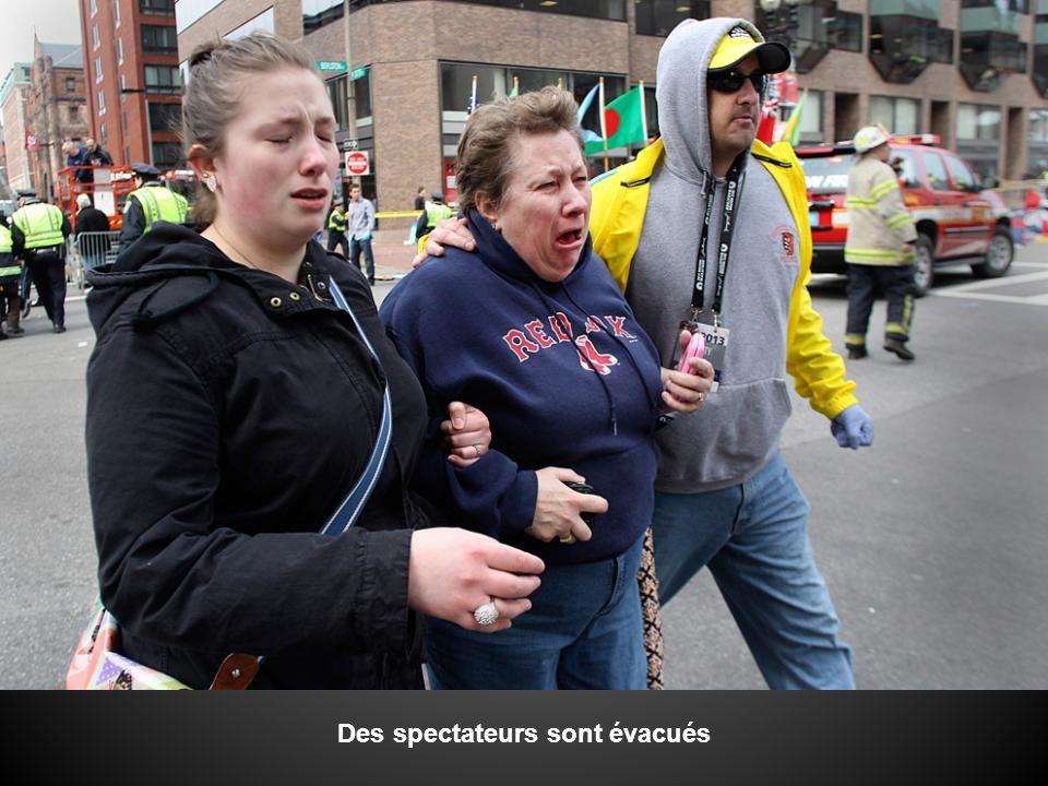Une femme ( à gauche) est réunie avec sa tante (au milieu) et son ami.