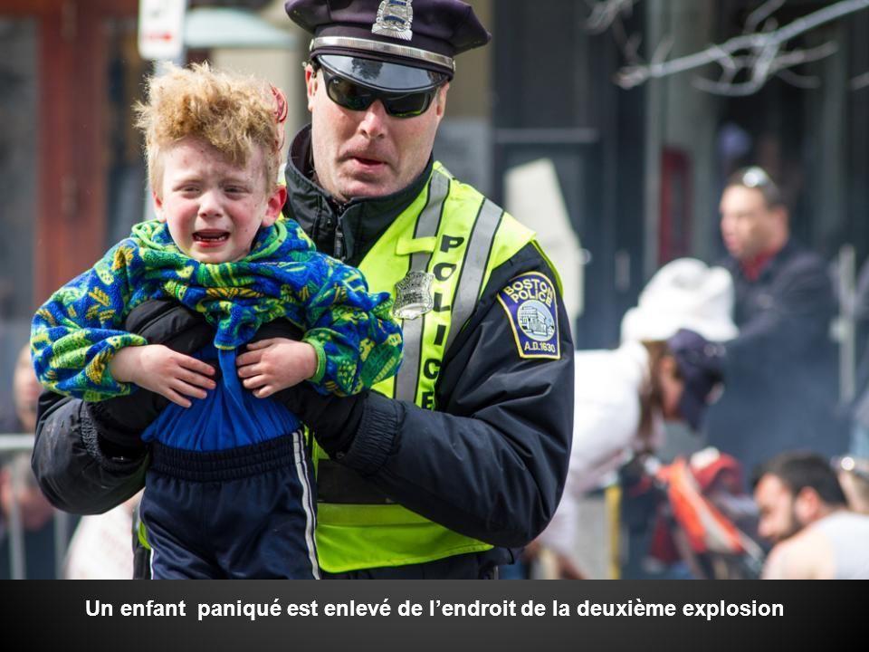 Homme, femme et enfant dans son buggy, senfuient du lieu du désastre