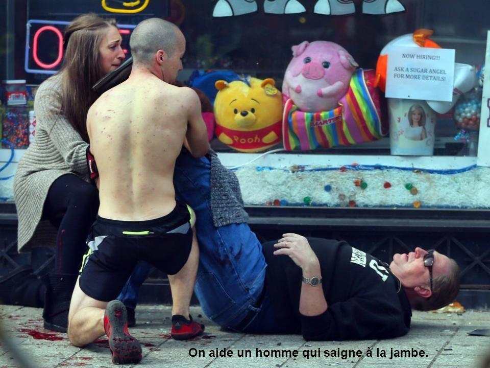 Un enfant paniqué est enlevé de lendroit de la deuxième explosion