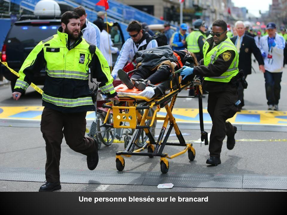 Une personne blessée sur le brancard