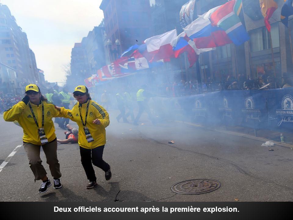 Deux officiels accourent après la première explosion.