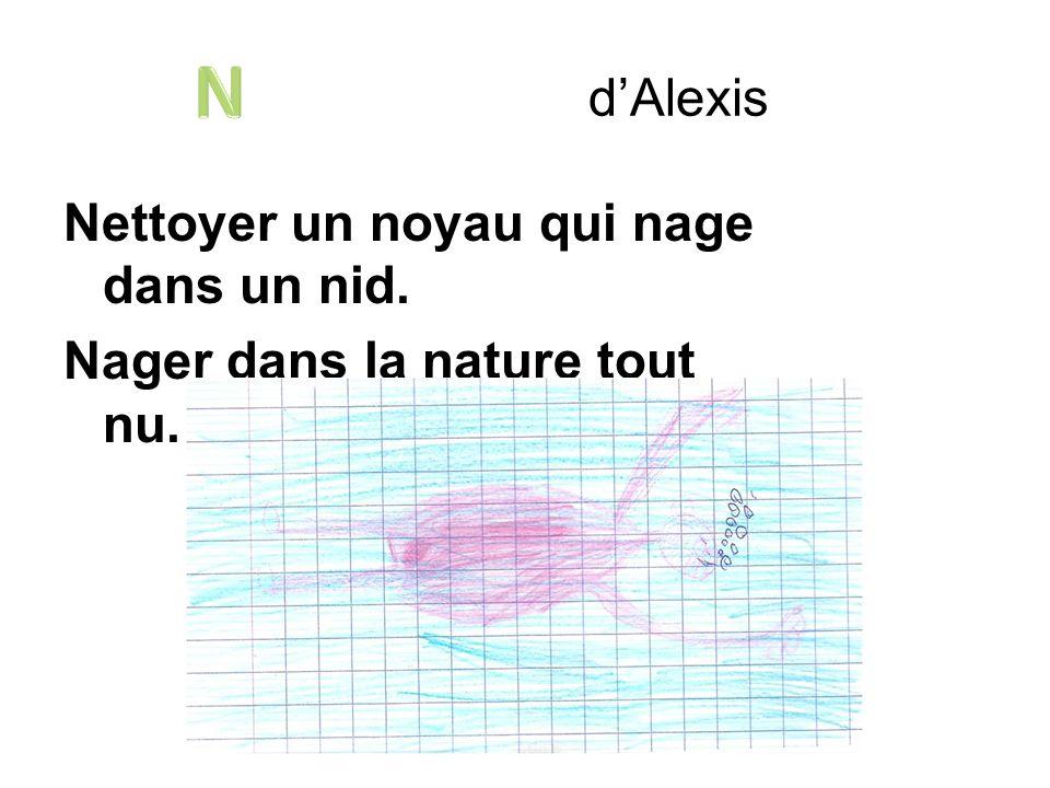 Nettoyer un noyau qui nage dans un nid. Nager dans la nature tout nu. dAlexis