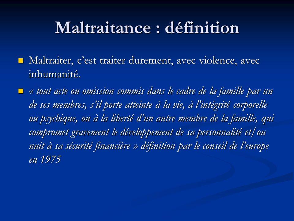 Maltraitance : définition Maltraiter, cest traiter durement, avec violence, avec inhumanité. Maltraiter, cest traiter durement, avec violence, avec in