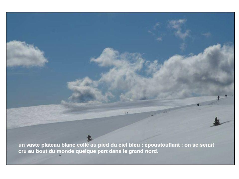 un vaste plateau blanc collé au pied du ciel bleu : époustouflant : on se serait cru au bout du monde quelque part dans le grand nord.