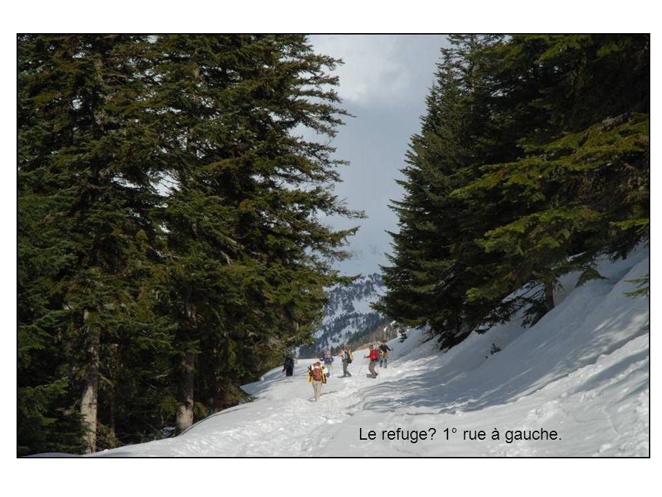 A larrivée, cest lémerveillement : sur le blanc de la neige, niché dans un creux, cerné de montagnes altières, ce simple refuge avec son écharpe de fumée bleue !
