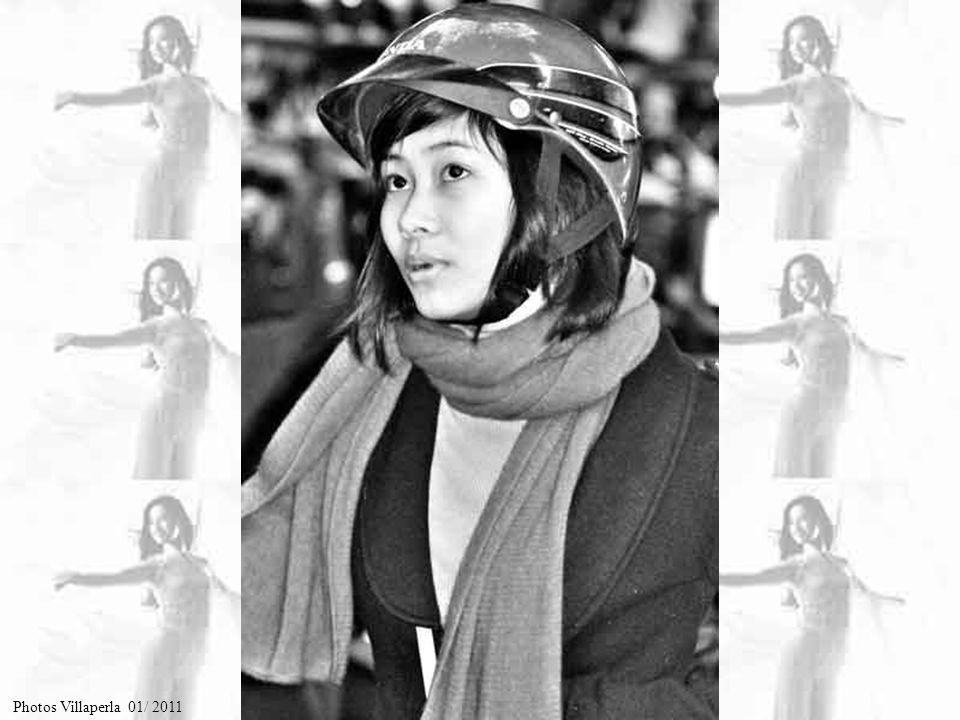 Le « chapeau conique aux poèmes », typique de Huê, est décrit ainsi dans les livres dhistoire de la dynastie des Nguyên (1802-1945) : « mince comme un papier, léger comme le vol dune hirondelle, joli et solide, le chapeau conique aux poèmes de Huê est très estimé par tous».