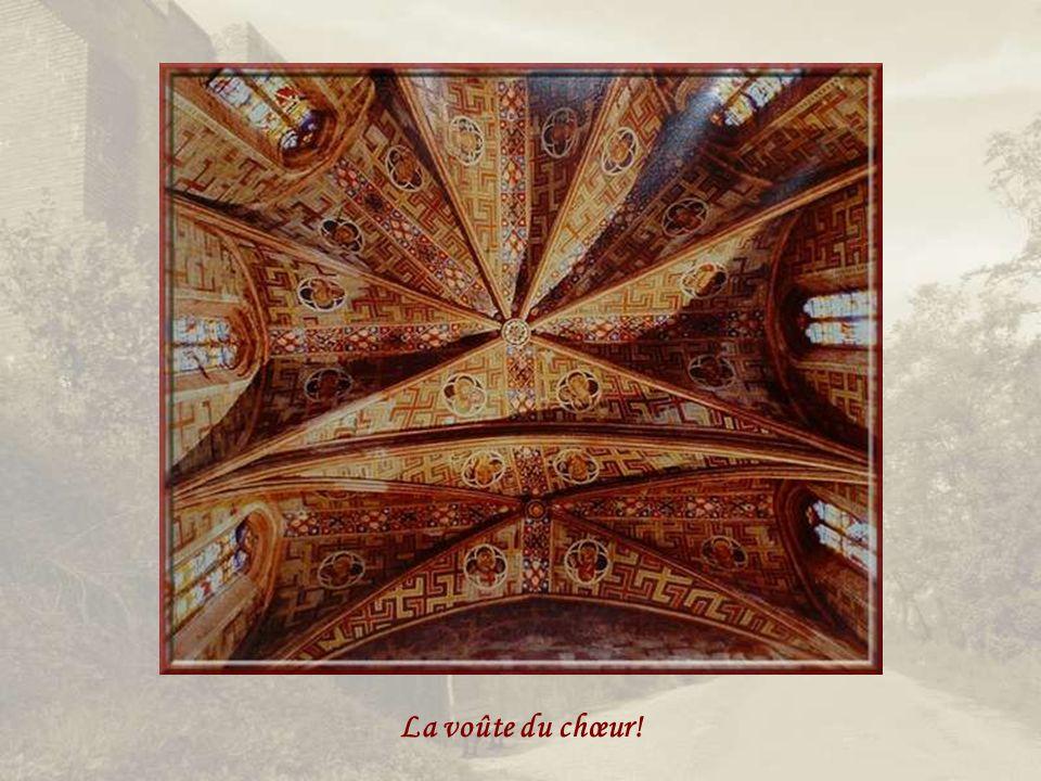 Notre-Dame du Bourg fut, dès lorigine, entièrement recouverte intérieurement dun enduit qui permit la réalisation de peintures murales qui subsistent encore dans toute leur magnificence alors que certaines datent du XIIIe siècle...