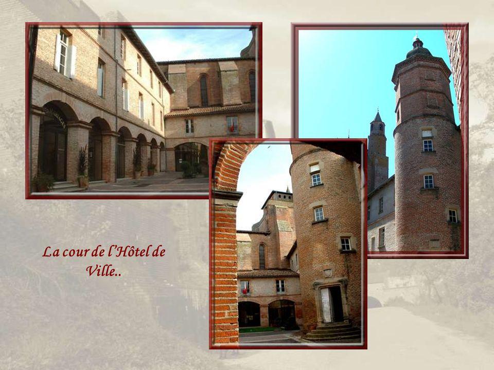 Lancien prieuré qui communiquait avec léglise, abrite maintenant les bureaux de la Mairie après avoir servi de prison jusquen 1811.