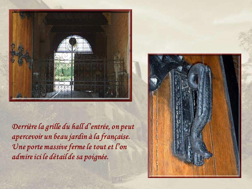 Derrière cette façade du XIXe siècle se cachent encore dimportantes parties de la construction du XVe… Cet hôtel seigneurial qui dominait les fossés de la ville est, maintenant, propriété privée qui ne se visite pas.