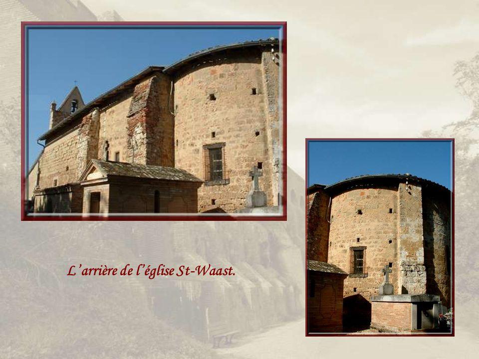 En plein champs, léglise St-Waast du XIIe siècle et un clocher- mur fréquent dans la région!