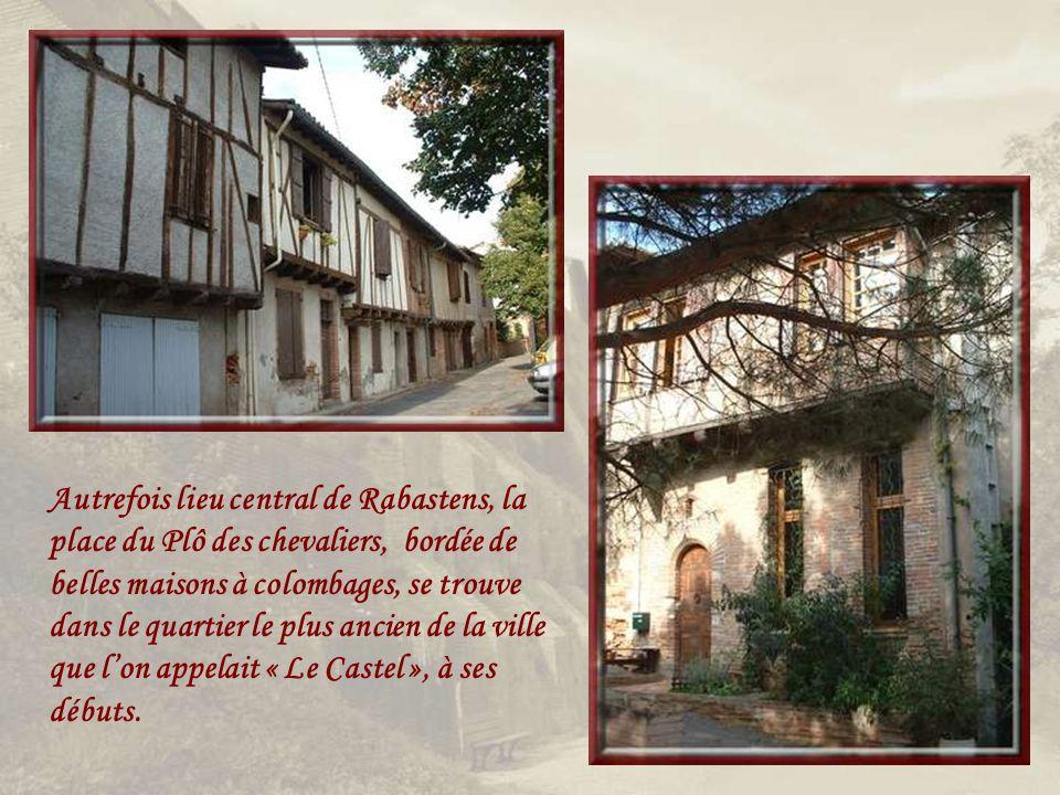 Autrefois lieu central de Rabastens, la place du Plô des chevaliers, bordée de belles maisons à colombages, se trouve dans le quartier le plus ancien de la ville que lon appelait « Le Castel », à ses débuts.