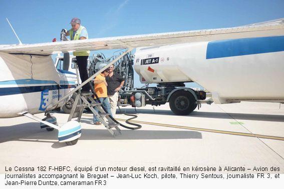 Le Cessna 182 F-HBFC, équipé dun moteur diesel, est ravitaillé en kérosène à Alicante – Avion des journalistes accompagnant le Breguet – Jean-Luc Koch