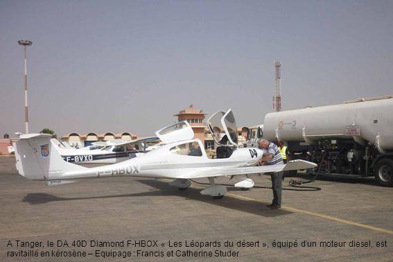 A Tanger, le DA 40D Diamond F-HBOX « Les Léopards du désert », équipé dun moteur diesel, est ravitaillé en kérosène – Equipage : Francis et Catherine