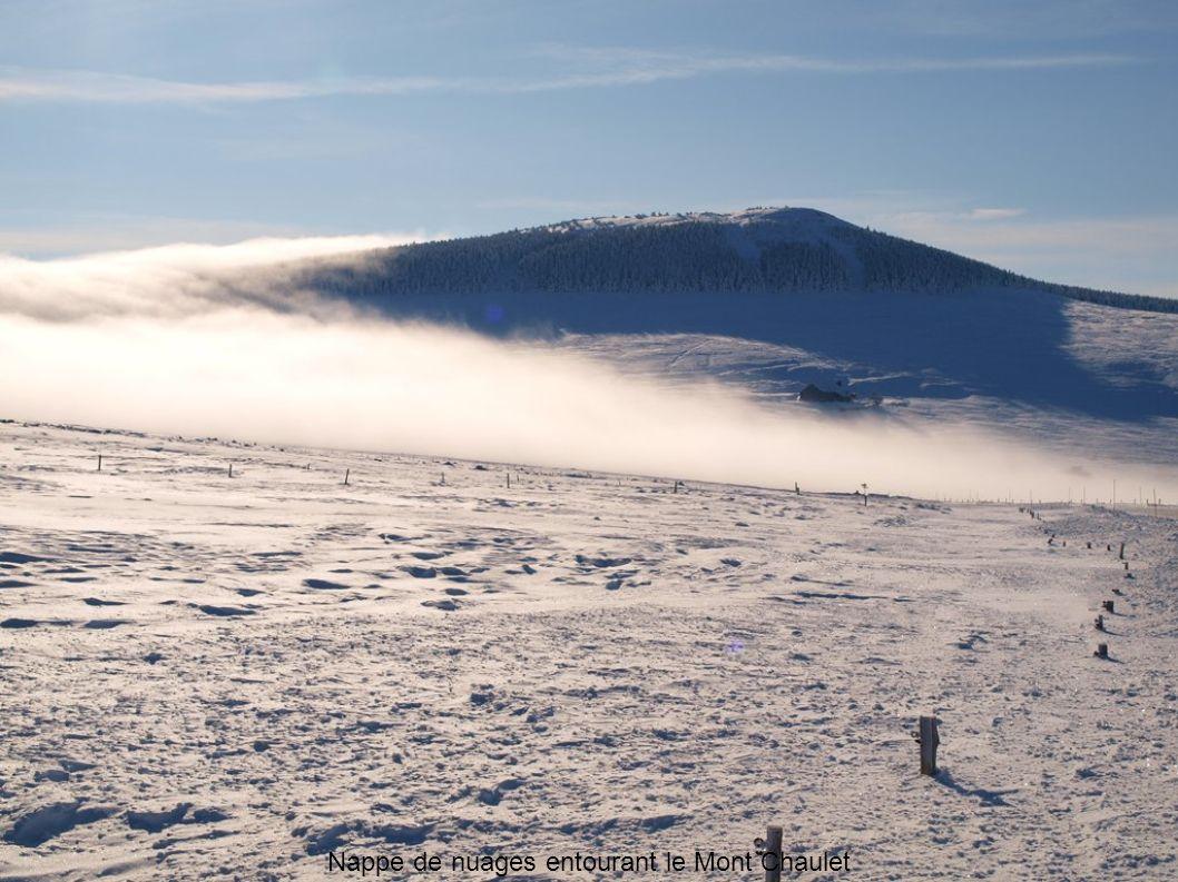 Nappe de nuages entourant le Mont Chaulet