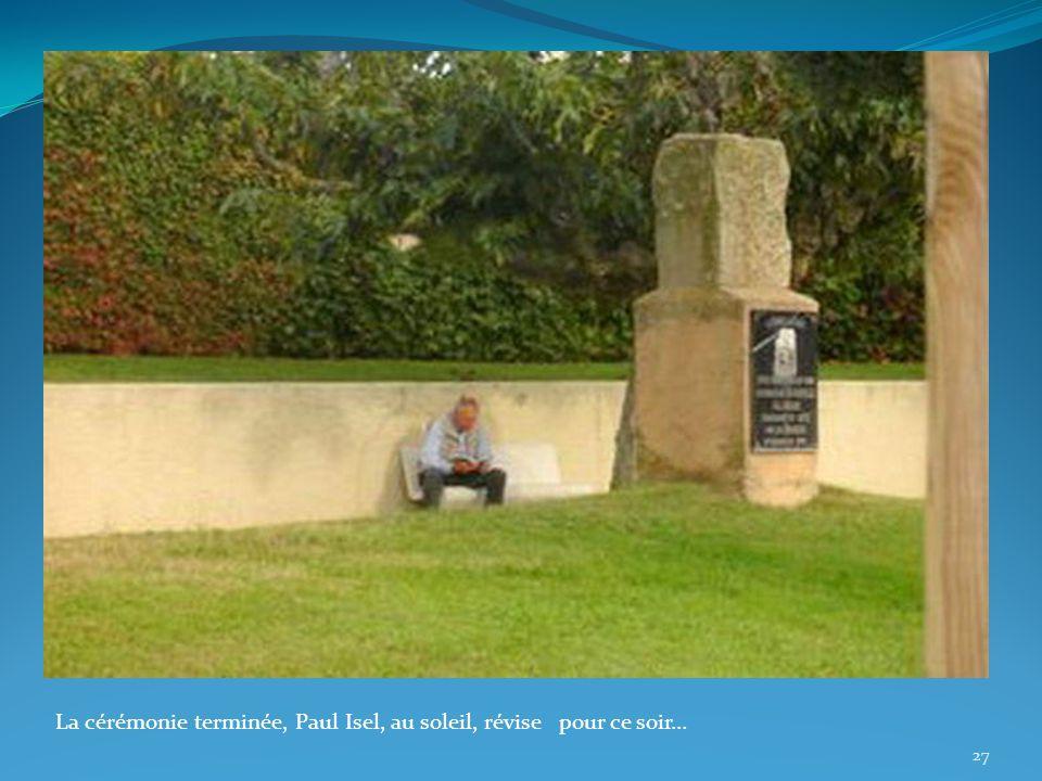 La cérémonie terminée, Paul Isel, au soleil, révise pour ce soir… 27